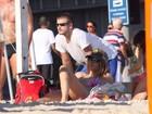 Fernanda Lima e Rodrigo Hilbert  curtem praia e se bronzeiam no Rio