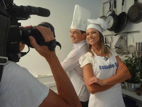Apresentadores Pedro e Camille terão de aprender a fazer jantar completo (Foto: Tatiana Pereira/RBS TV)