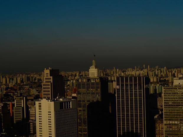 Camada de poluição encobre a cidade de São Paulo em vista a partir da região central, na tarde do dia 7 de julho (Foto: Cris Faga/Fox Press Photo/Estadão Conteúdo)