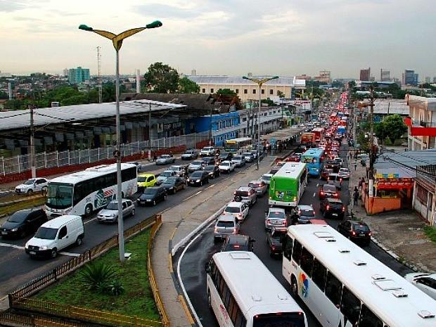 Trânsito ficou interditado nos dois sentidos da Avenida Constantino Nery (Foto: Edmar da Silva Barros/VC no G1)