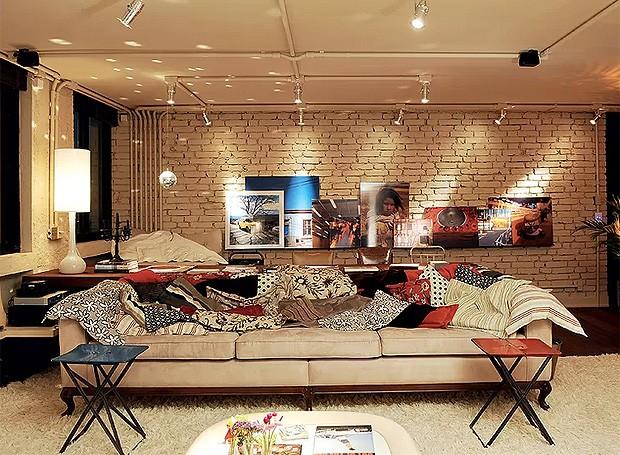 """O conceito da """"beleza do imperfeito"""" rege o apê do arquiteto Vitor Penha. Superfícies rústicas aliam-se ao mobiliário retrô, como as mesas de metal compradas em uma loja de usados. Outras, feitas sob medida, imitam o efeito, como as almofadas murchas (Foto: Marcelo Magnani/Casa e Jardim)"""