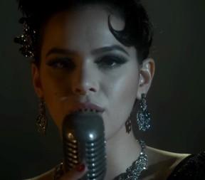 Bruna Marquezine cantando em cena de Nada Será Como Antes (Foto: Reprodução/Globo)