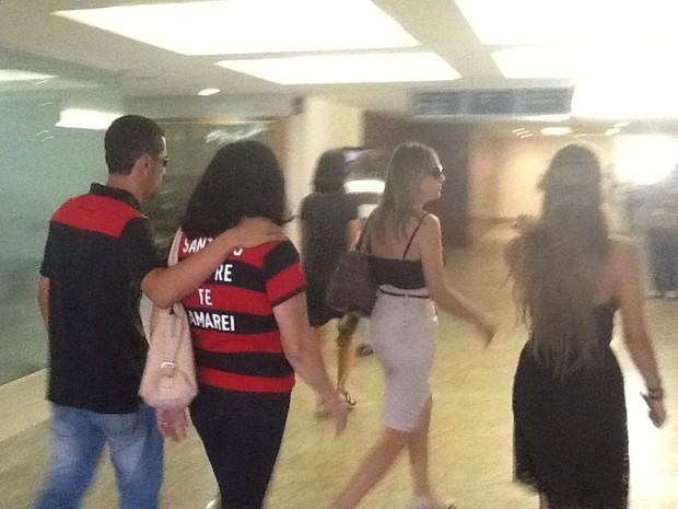 Viuva de Santiago Andrade, Arlita Andrade, chega ao velório do cinegrafista (Foto: Guilherme Brito/G1)
