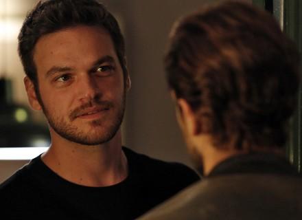 Felipe decide visitar Lívia, mas é recebido por Pedro