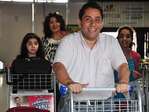 Família desembarcou em Cuiabá e foi recebida por voluntários que conseguiram as doações (Foto: Denise Soares/G1)