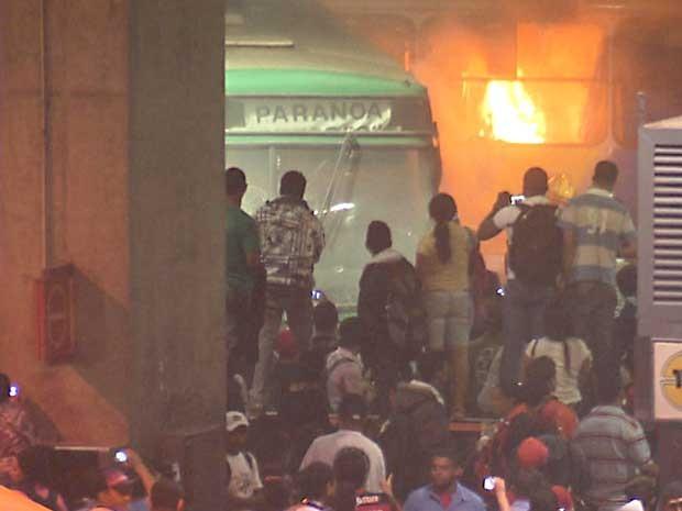 Ônibus é incendiado por manifestantes, na Rodoviária do Plano Piloto, em Brasília (Foto: Reprodução/TV Globo)