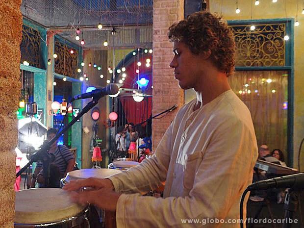 José Loreto mostra talento na percussão  (Foto: Flor do Caribe / TV Globo)