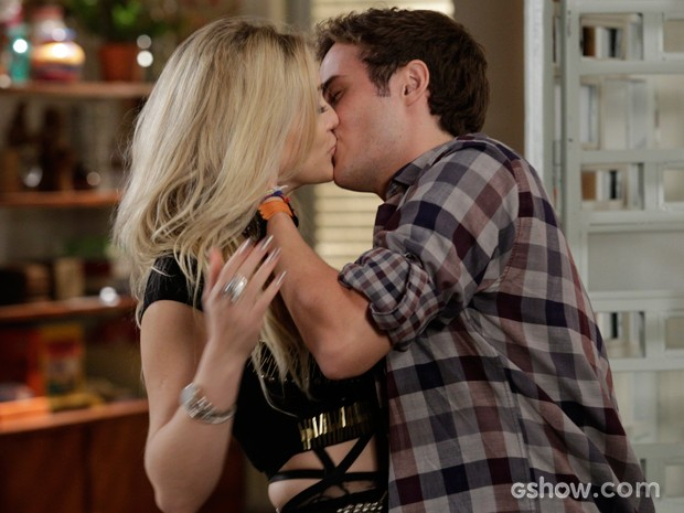 Espertinho! Danilo consegue arrancar beijo de Megan (Foto: Fábio Rocha/TV Globo)