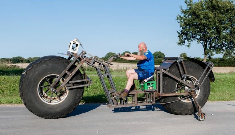 Alemão Frank Dose construiu uma bicicleta que pesa impressionantes de 940 quilos (Foto: Markus Scholz/DPA/AP)