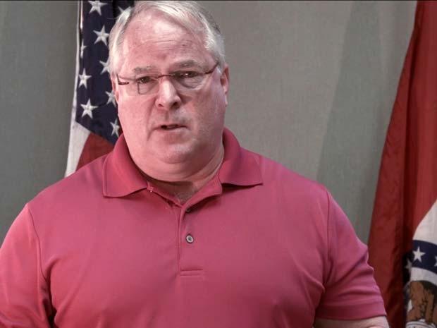 O chefe da polícia de Ferguson, Tom Jackson, aparece em um vídeo em que se desculpa à família de Michael Brown pela morte do jovem (Foto: Foto AP/Devin James Group)