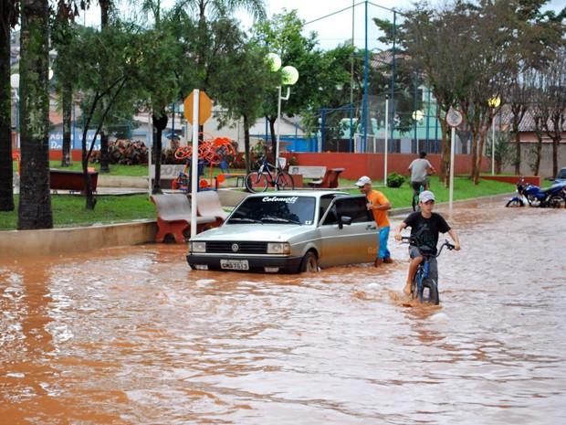 Chuva alaga ruas de quatro bairros em Santa Rita do Sapucaí (Foto: Giácomo Constanti / Vale Independente)