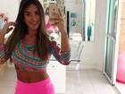 Nicole Bahls faz selfie de barriga de fora antes de malhar