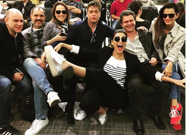 Elenco em aeroporto a caminho da Austrália (Foto: Reprodução/Instagram)