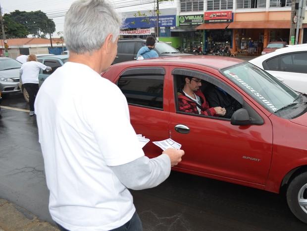 Membros do Reaja Piracicaba divulgam entrega de lei em Piracicaba (Foto: Thomaz Fernandes/G1)