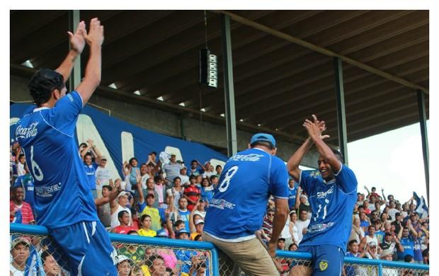 Atacante Charles comanda festa nacionalina no alanbrado do Sesi (Foto: Adeilson Albuquerque/GLOBOESPORTE.COM)