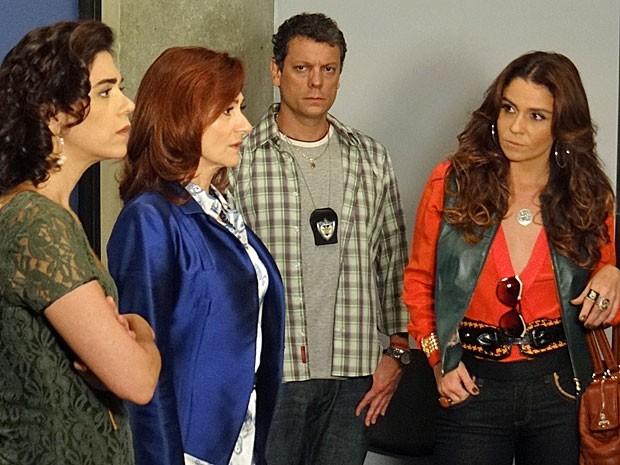 Helô fica de olho na reação de Berna (Foto: Salve Jorge/TV Globo)