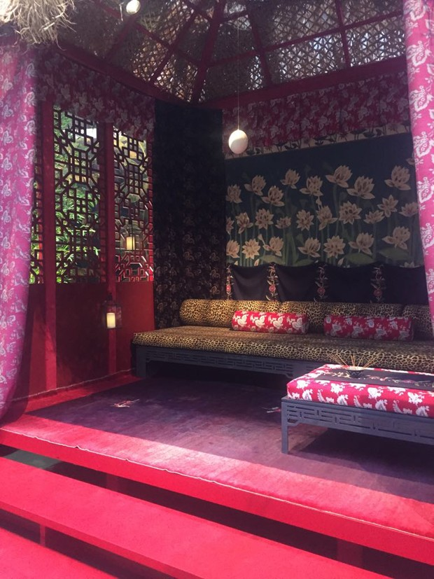 Chinese Meditation Room, de Idarica Gazzoni, com painel lateral e sofás de Corian (Foto: Thais Lauton/Editora Globo)