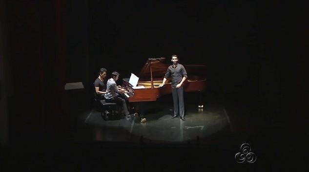 Cantor lírico interpreta composições brasileiras, em recital, em Manaus (Foto: Amazonas TV)