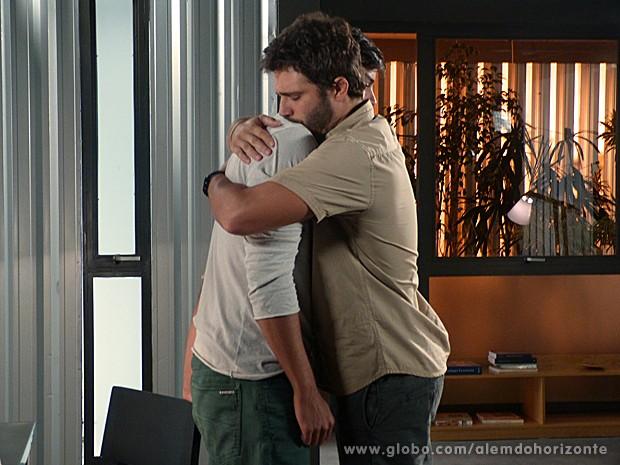 William abraça o irmão e diz que só foi até a comunidade porque o ama (Foto: Além do Horizonte/TV Globo)