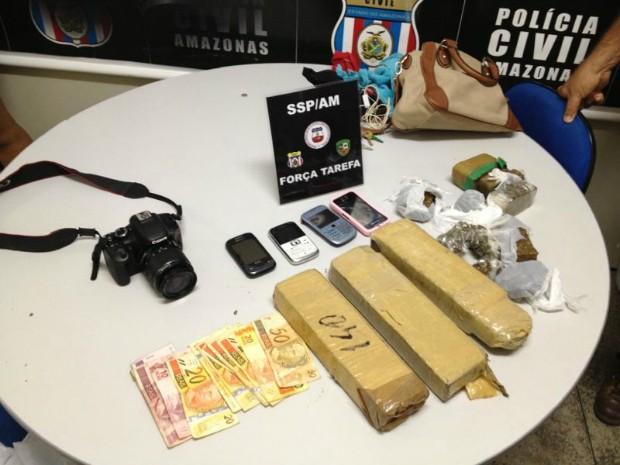Material foi apreendido junto com o suspeito dentro de carro roubado (Foto: Força Tarefa / Divulgação)