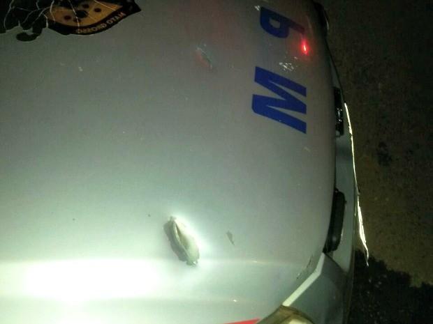 Viatura da Polícia Militar foi atingida por disparos (Foto: Polícia Militar-MT)