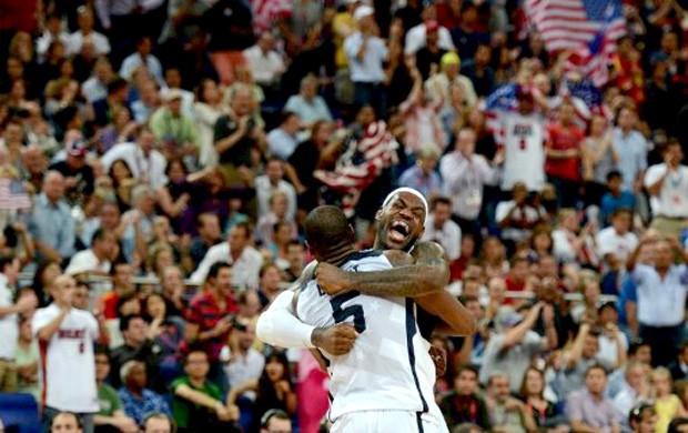 Kevin Durant e LeBron James comemoram vitória no basquete (Foto: AFP)