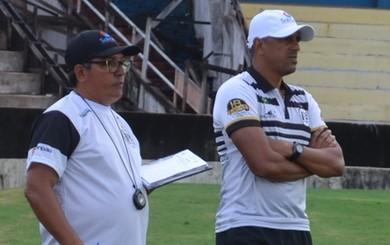 Lecheva e comissão técnica do São Raimundo (Foto: Dominique Cavaleiro/GloboEsporte.com)