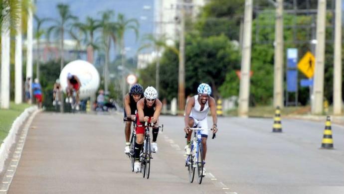 Etapa do ciclismo na competição de triathlon em Palmas (Foto: Márcio Di Pietro/Investco)