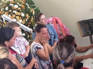 Família e amigos tentaram agredir mãe da criança durante velório (Foto: Cinthia Raasch/ RBS TV)