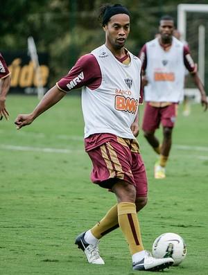 Ronaldinho Gaúcho treina observado por Pierre (Foto: Bruno Cantini / Flickr do Atlético-MG)