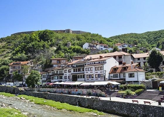 Centro histórico de Prizren, a 85 km da capital Pristina. No topo do morro, o forte medieval Kaljaja  (Foto: © Guilherme Canever)