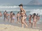 De biquíni preto, Bianca Bin curte praia no Rio e mostra boa forma