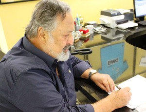 Luis Alvaro presidente do Santos assina contrato de Muricy (Foto: Divulgação/Santos FC)