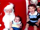 Priscila Pires leva os filhos para ver Papai Noel