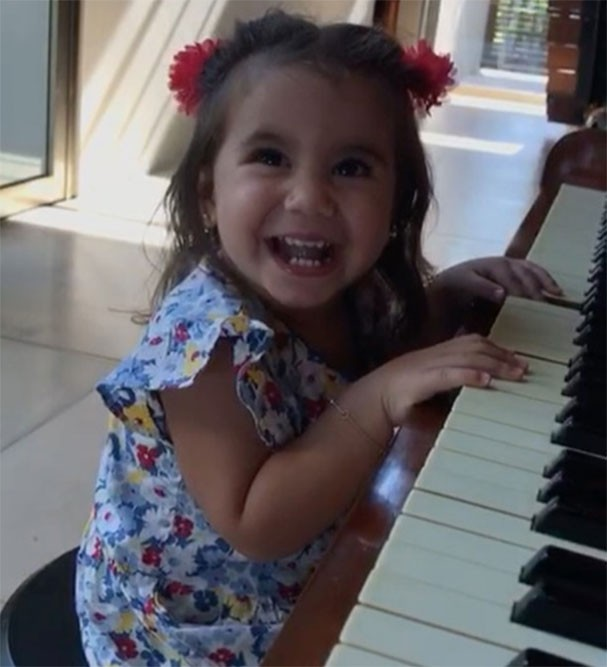 Maria Flor se diverte ao som do piano (Foto: Reprodução/Instagram)