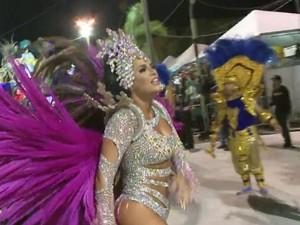 Desfiles começaram na noite de quinta-feira na cidade (Foto: Reprodução/RBS TV)