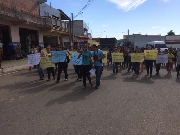 Professores de Santa Cruz, PE, protestam contra atraso no pagamento de salários (Foto: Paulo Ricardo Sobral/TV Grande Rio)