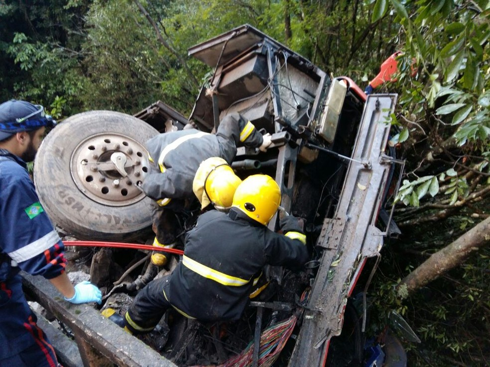 Equipes de resgate socorrem motorista que ficou preso nas ferragens (Foto: Patricia Steffanello / Rádio Sorriso FM)