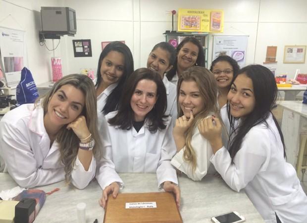 Kelly Key com os colegas Da Faculdade de Veterinária (Foto: Arquivo pessoal)