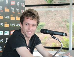 Bernard sorri na despedida na Cidade do Galo (Foto: Maurício Paulucci / Globoesporte.com)