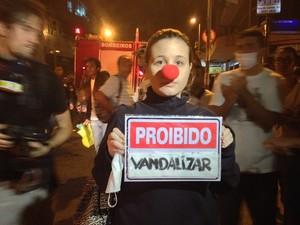 A estudante de Ciências Sociais, Júlia Vieira, de 19 anos, criticou a atitude dos manifestantes. 'Não é destruindo a cidade que a gente ama que vai conseguir alguma coisa. A gente quer mudança na política. Essas pessoas não nos representam.'' (Foto: Priscilla Souza/G1)