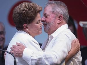 Dilma Russeff recebe um abraço do ex-presidente da República Luiz Inácio Lula da Silva durante festa da reeleição em Brasília (Foto: Eraldo Peres/AP)