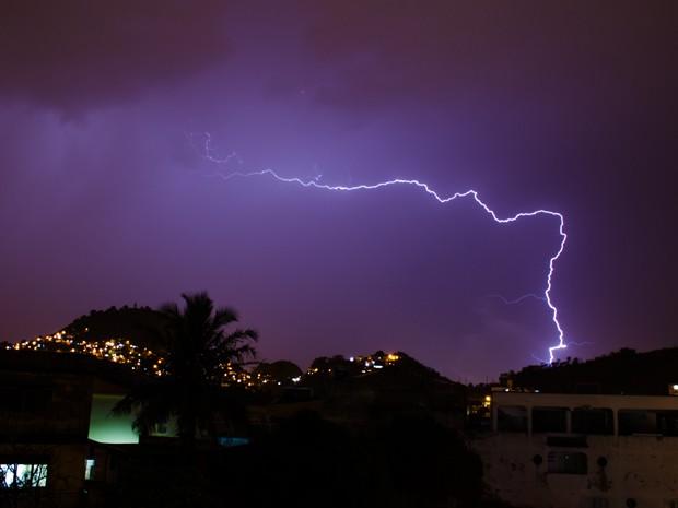 Raio registrado em Vitória durante temporal. (Foto: Gabriel Casagrande / VC no G1 ES)