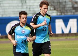 Ramiro e Bressan, jogadores do Grêmio (Foto: Diego Guichard)