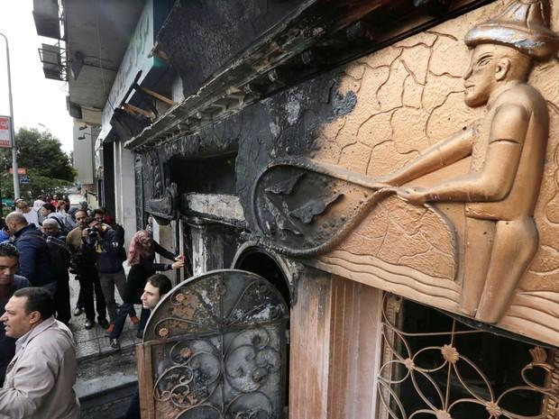 Coquetéis molotov provocaram incêndio em boate no Cairo, no Egito, nesta sexta-feira (4) (Foto: Amr Nabil/AP)