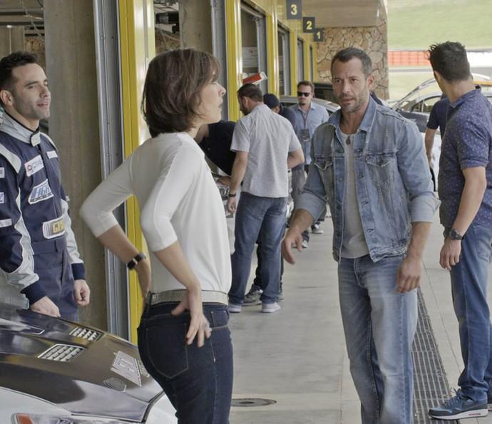 Adriana conversa com o caminhoneiro e oferece oportunidade na equipe (Foto: TV Globo)