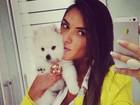Nicole Bahls dá beijo em seu cachorrinho e diz: 'Estou apaixonada'