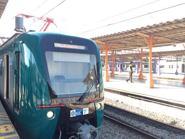 Trens novos possuem ar-condicionado, painéis LED, bagageiros e sistema de comunicação com o Centro de Controle Operacional da SuperVia (Foto: Matheus Rodrigues / G1)