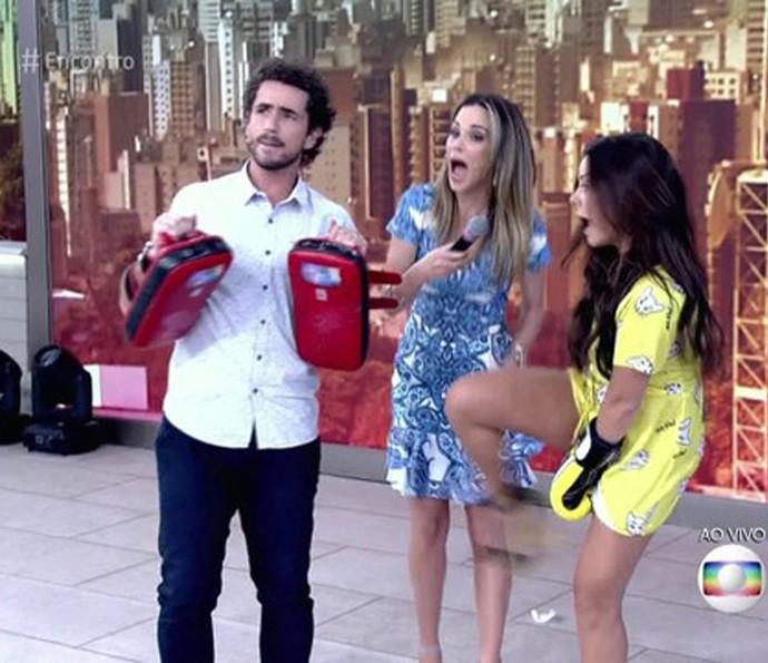 Fernanda Souza erra golpe e acerta Ana Furtado (Foto: TV Globo)