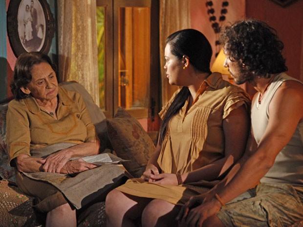 Veridiana conta a Dadá e Lino que Maria Adília trabalhava an casa de Dionísio antes de sumir no mundo (Foto: Flor do Caribe / TV Globo)